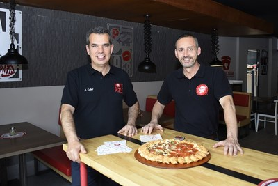 Jacobo Caller y Jesús Hernández en la tienda de Pizza Hut de Pepe Sierra, Bogotá (PRNewsfoto/Food Delivery Brands)